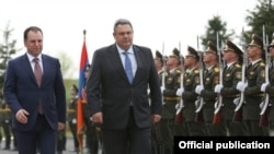 Armenian Defense Minister Vigen Sarkisian (left) and Greek counterpart Panos Kammenos meet in Yerevan on March 29.
