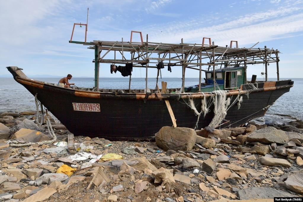 Рыбак после шторма на острове Русский. & Nbsp;