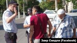 Задержание участника одиночного пикета в Симферополе, 14 августа 2017 года