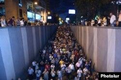 صحنهای از تظاهرات شامگاه جمعه در ایروان