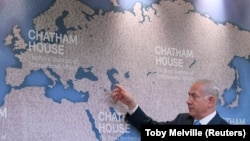 نخستوزیر اسرائیل روی نقشهای در چتمهاوس در مورد نفوذ ایران در منطقه توضیح میدهد.