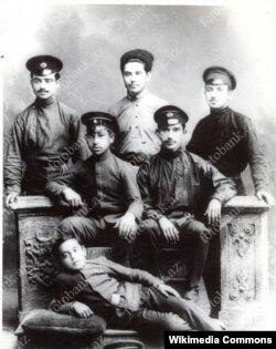 """Yusif Vəzir Bakı """"Realnı Məktəbi""""ndə (soldan birinci - ayaq üstə)"""