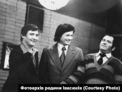 Зліва направо: Володимир Івасюк, Богдан Стельмах, письменник Дмитро Герасимчук