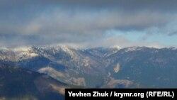 Вершины крымских гор покрыты снегом