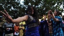 Представители общины трансгендеров в Пакистане танцуют во время акции протеста в Карачи. 7 декабря 2010 года.