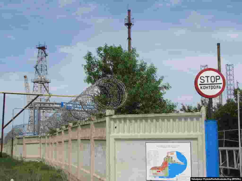 База буріння «Чорноморнафтогазу» в бухті Ярилгач неподалік селища Чорноморське в північно-західному Криму.