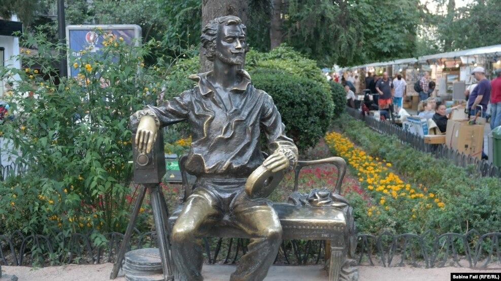 Пять лет назад в Ялте открыли памятник создателю Ялтинской киностудии Александру Ханжонкову. В левой руке, он держит киноплёнку, а под правой стоит кинокамера