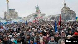 Участники Евромайдана на площади Независимости в Киеве