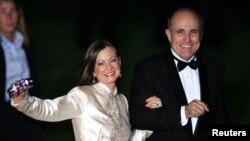 Рудзі Джуліяні з жонкай Джудыт Натан на вясельлі Дональда Трампа і Мэланіі Кнаўс, 2005 год
