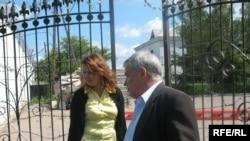 Джамиля Джакишева и сопровождающий ее человек у ворот тюрьмы КНБ в ожидании свидания с Мухтаром Джакишевым. Астана, 31 июля 2009 года.