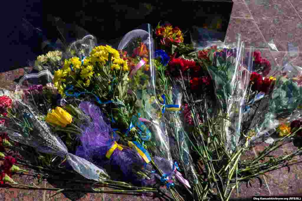 А до пам'ятника Кобзарю в Сімферополі українці мовчки несли квіти зі стрічками кольору національного прапора
