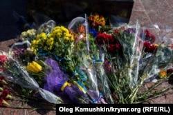 Квіти у погруддя Шевченкові. Сімферополь, 9 березня 2015 року