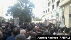 У ворот стадиона перед началом митинга, 12.10.2014