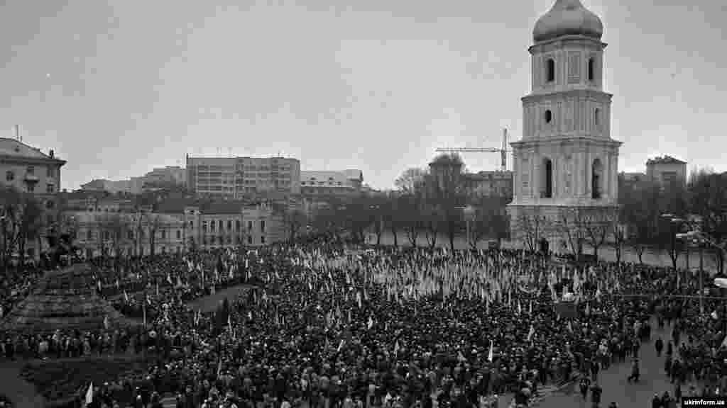 Митинг в столице Украины на Софийской площади (в то время на площади Богдана Хмельницкого) после завершения «Живой цепи» в рамках празднования исторического Акта Соединения УНР и ЗУНР в 1919 году. Киев, 21 января 1990 года