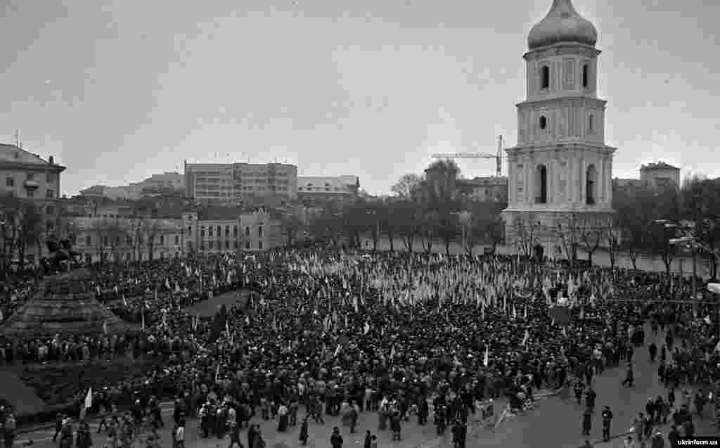 Мітинг у столиці України на Софійському майдані (на той час площі Богдана Хмельницького) після завершення «Живого ланцюга» в рамках відзначення історичного Акту Злуки УНР і ЗУНР в 1919 році. Київ, 21 січня 1990 року