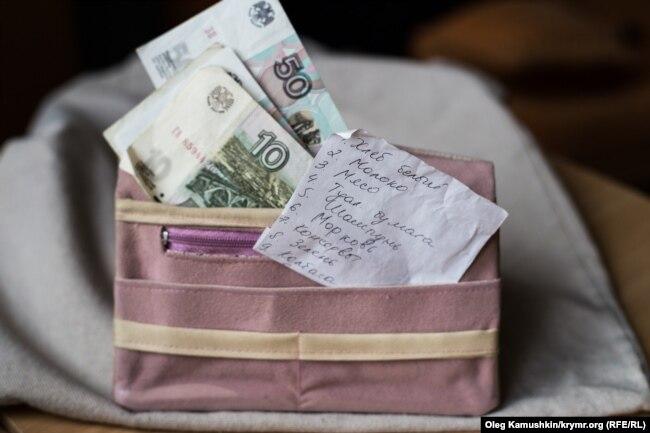 Крымским педагогам приходится брать дополнительную нагрузку, чтобы хоть как-то обеспечить себя и своих детей