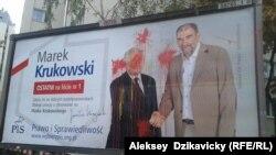 """В Варшаве облили краской предвыборный плакат партии """"Право и справедливость"""""""