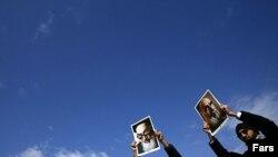 تجمع گروهی از هواداران دولت در اعتراض به پاره کردن عکس آیت الله خمینی