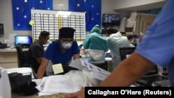 Медработники в больнице в США. 29 июня 2020 года.