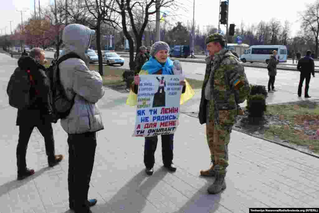 Запорізька активістка принесла під стіни міськради саморобний плакат на підтримку демонтажу пам'ятника Леніну