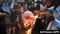 Активісти в Пакистані спалили портрет прем'єра Індії Нарендри Моді, 1 березня 2019 року