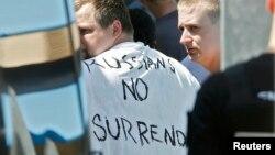 Російські фани поблизу Канн, в одного з них на футболці напис «Росіяни, не здаватись», Франція, 14 червня 2016 року