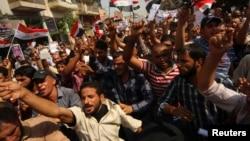 جانب من تظاهرات في كربلاء تطالب بإلغاء الرواتب التقاعدية لأعضاء مجلس النواب.