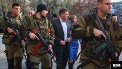Уже покойный Александр Захарченко, главарь группировки «ДНР», которая признана в Украине террористической организацией, в сопровождении охраны. Оккупированный Донецк, 2 ноября 2014 года
