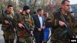 Александр Захарченко (в центре), лидер сепаратистов в Донецкой области Украины. Донецк, 2 ноября 2014 года.