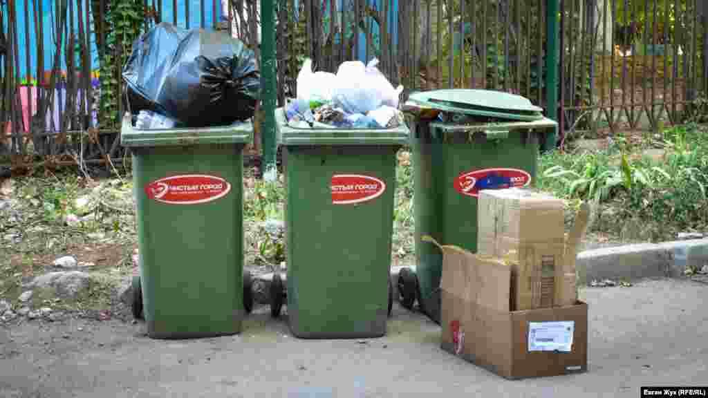 Контейнеров для мусора не хватает на улице Павла Корчагина, 28