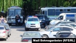 Автомобили и автобус полиции в Алматы. Иллюстративное фото.