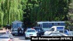 Служебные автомобили полиции у прилегающего к площади Республики района.