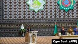 Президент Гурбангулы Бердымухамедов выступает на заседании Совет Старейшин в октябре 2017 года. (Иллюстративное фото)