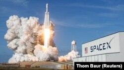 Pamje nga lansimi historik i raketës Falcon Heavy i kompanisë SpaceX
