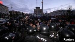 Ոստիկանությունը ցրում է ցուցարաներին, Կիև