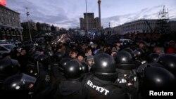 Милиция разгоняет протестующих. Киев, 29 ноября 2013 года.