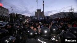 Сотрудники правоохранительных органов разгоняют демонстрантов, выступающих в поддержку евроинтеграции, Киев, 29 ноября
