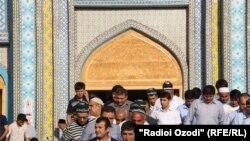 У мечети в Душанбе.