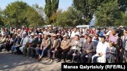 Жергілікті билік басшыларымен кездесуге жиналған Шамалған станциясы тұрғындары. Қарасай ауданы, Алматы облысы. 17 қыркүйек 2019 жыл.