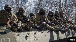 Вооруженные пророссийские сепаратисты недалеко от Донецка. 9 апреля 2015 года.