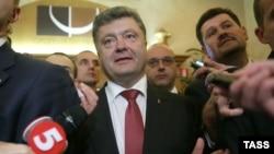 Petro Poroshenko i rrethuar nga gazetarët
