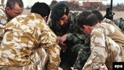 Ushtarët e NATO-s dhe ata afganë në Kampin Bastion në provincën Helmand