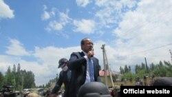 Абдулла Арипов Сох анклавында эл менен жолугушуп жаткан учуру. 1-июнь, 2020-жыл.