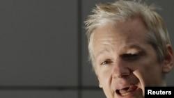 Մեծ Բրիտանիա -- WikiLeaks կայքի հիմնադիր Ջուլիան Ասանժը Բելմարշ Մագիստրատուրայի դատարանում հանդես է գալիս հայտարարությամբ, Լոնդոն, 11-ը հունվարի, 2011թ.