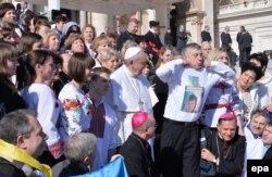 Украинские прихожане просят Папу Франциска поспособствовать освобождению из российской тюрьмы военнослужащей Надежды Савченко. Февраль 2015 года