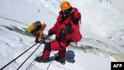 Planinari sakupljaju smeće ostalo iza neuspelih planinarskih ekspedicija organizovanih 2014. i 2015. godine.