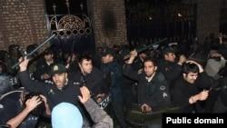Тегерандағы Ұлыбритания елшілігі алдындағы наразылық. Иран, қараша 2011 жыл.