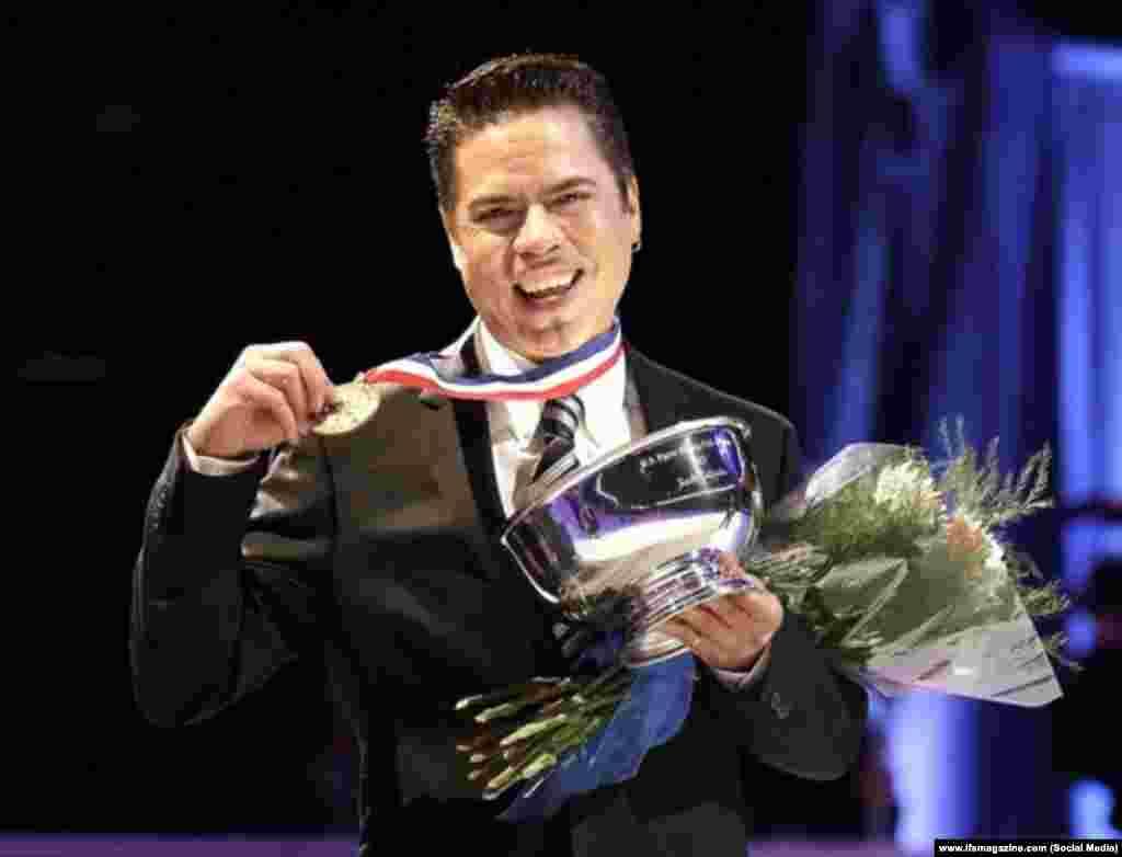 """Руди Галиндо, американский фигурист, победитель и призёр многих международных соревнований в одиночном и парном разрядах, в том числе и на Олимпийских играх. В 1996 году в книге Кристин Бреннан """"О тайнах мирового фигурного катания"""" совершил """"каминг-аут"""". В 2000-м году объявил, что инфицирован ВИЧ."""