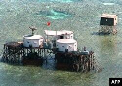 Постройки китайского ВМФ на рифах мелководья Южно-Китайского моря в районе островов Спратли. 2016 год