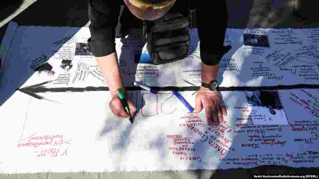 Активисты развернули баннер, на котором черным цветом были отмечены главные мировые события, а красным – события из жизни Сенцова и Кольченко, произошедшие за четыре года